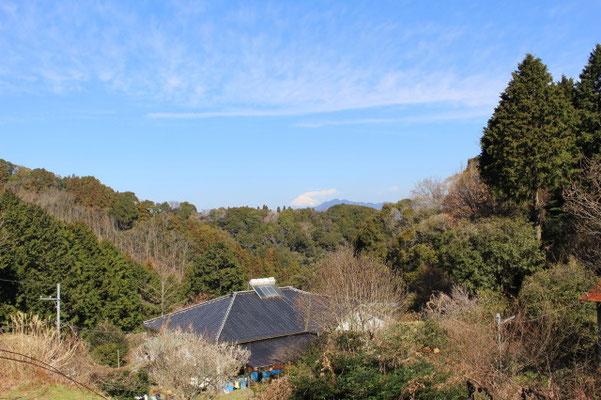 富士山をバックに母屋全景