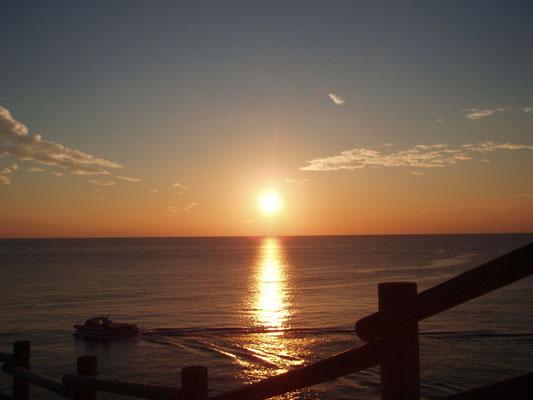 お隣の西伊豆町堂ヶ島から見る夕日