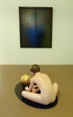 """""""Der Traum des Künstlers"""", 100x60x46cm, Öl, Blattgold auf Wachs, 2000 (Sicherheitsglas), Hintergrund: """"Narziss"""", 120x100cm, Bitumen poliert auf Leinwand, 2016 (gerahmt)"""