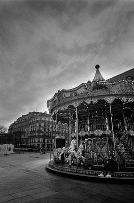 パリ市庁舎前のメリーゴーランド