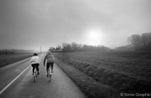 朝はもやがかかって神秘的な中でのサイクリング