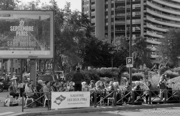 街角では市民のオーケストラが演奏してたり