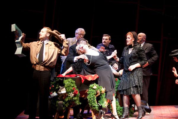 """""""Der Selbstmörder"""" (R.: Bruno Max), Theater zum Fürchten, Wien 2012 (mit Ensemble) (Foto: Barbara Frenzel)"""