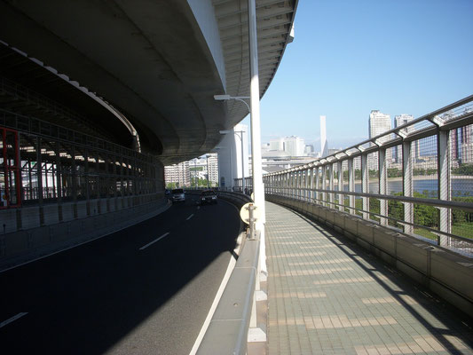 レインボープロムナードお台場側の遊歩道は、このように上層がなくなり開けてくる。