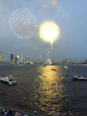芝浦ふ頭からだと、花火が打ち上げられるところから楽しむことができます。