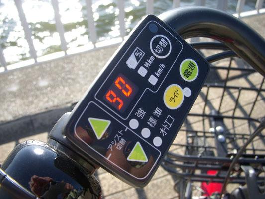 レンタサイクルは充電が十分なものを選びたい。画像は、充電が90%であることを示している。満タンだと「FL」と表示される。