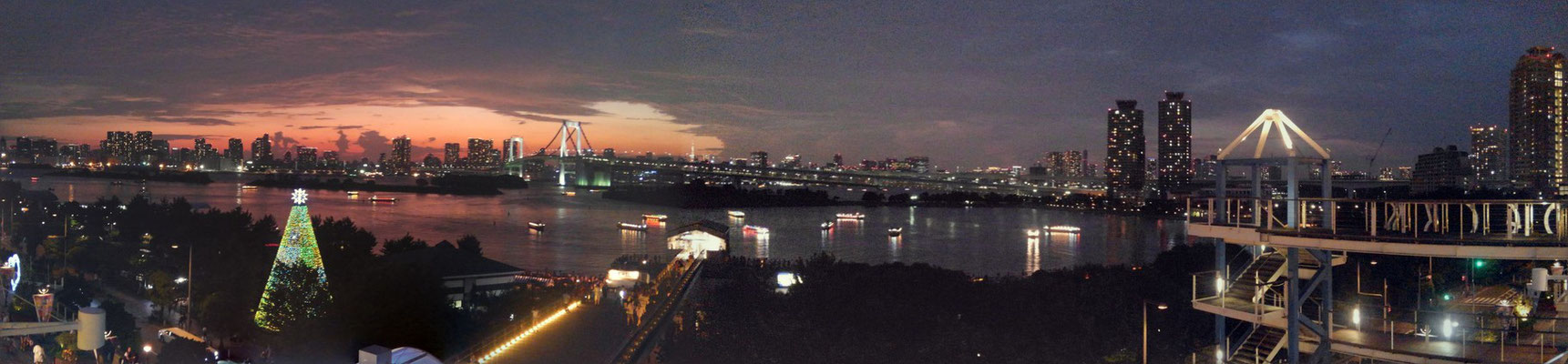 お台場デックスから撮影したレインボーブリッジ。夕焼けによって紅く染まった空が美しい。