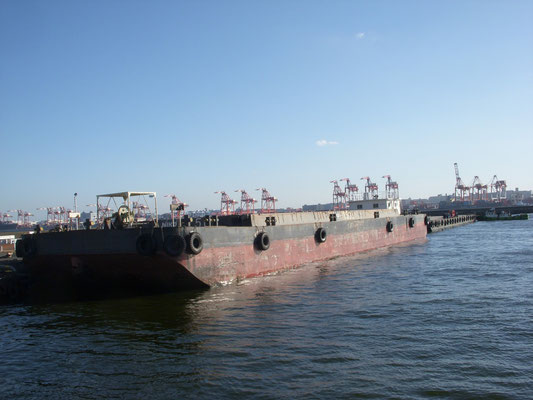 青海客船ターミナルの先に停泊していたはしけ。弊社も元々はしけ業を行っていた。