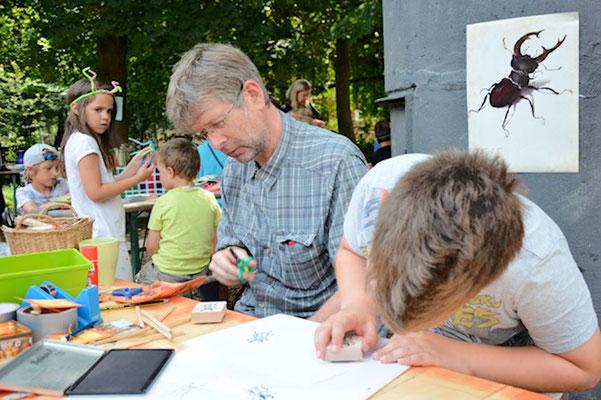 Kinder und Eltern nutzen das Bastelanbebot. Bild Margarete Daumann
