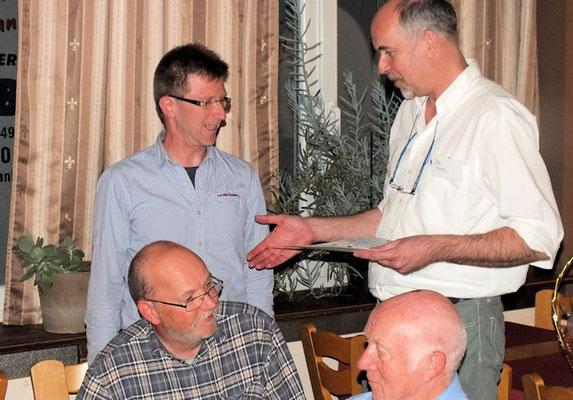 Auch Peter Kissel (links stehend) ist ein 30er-Jubilar und wird mit Urkunde und Nadel ausgezeichnet.