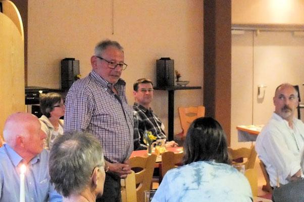 """Dieter Kern informiert über die Entwicklung des Projekts """"Insektenhotel""""."""