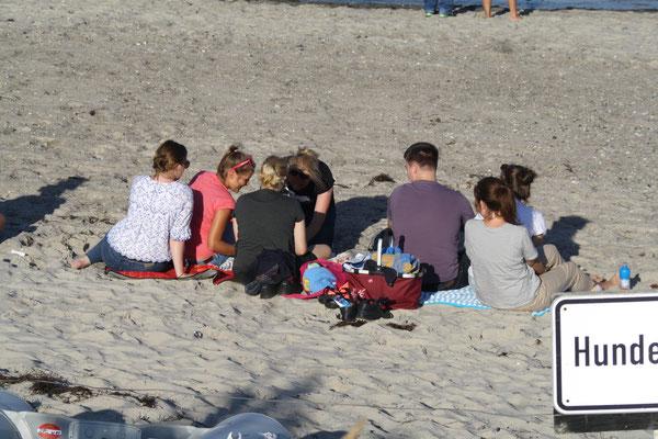 Die übrigen genießen die Zeit am Strand.