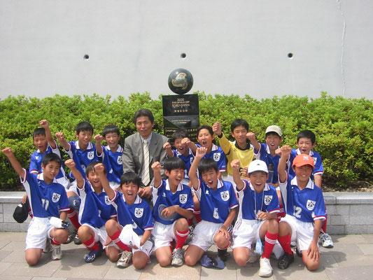 平成15年6月 2002ワールドカップ開催記念碑の除幕式に6年生が参加=袋井市愛野で。