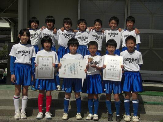 平成22年2月 第15回石松カップ争奪森FC招待少年サッカー大会で準優勝の記念写真=天方小で。