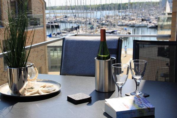 Blick auf den Yachthafen und die Ostsee
