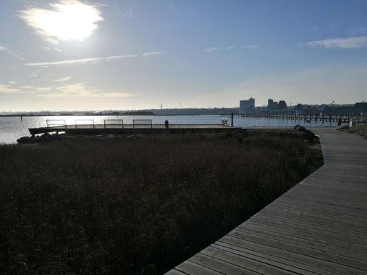 Holzbohlenweg zum Yachthafen