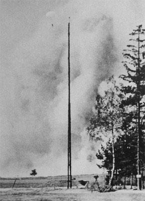 Ein Crew-Mitglied schwebt mit dem Fallschirm in Richtung Boden. Er hat überlebt!
