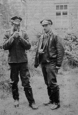 Leutnant Heinz Schlechter und ein anderer Pilot auf den Einsatzhafen Merzhausen. Schlechter Trägt den Arm in einer Schlinge. Die Verletzung stammt wahrscheinlich vom Rammstoß oder den Absprung aus der Bf109.