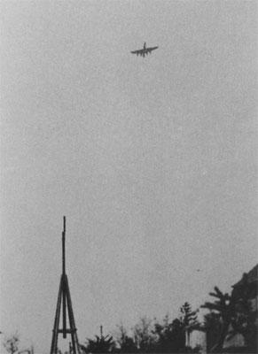 Eine B-17 stürzt ohne Heck zu Boden. Aufgenommen wurde das Bild am 12.05.1944.