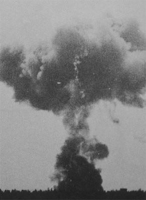 Explosionswolke der abgestürzten B-17 in unmittelbarer Nähe zum Einsatzhafen.