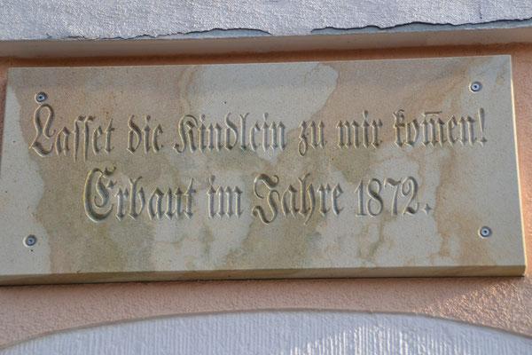 Schriftzug über dem Eingang der ehemaligen Schule  Foto: Reiner Teichler 2014