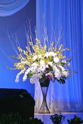 43.ステージ装花white&yellow (H:2.4m W:1.8 D:1.2) ☆レンタルにつき詳細はお問合せください