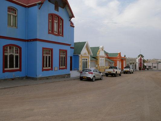 Koloniale Häuser stilecht an der Sandpiste