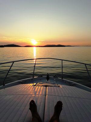Sonnenuntergang in der Bucht vom Vordeck geniessen