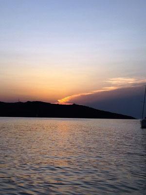 Stimmungsvoller Sonnenuntergang an Land
