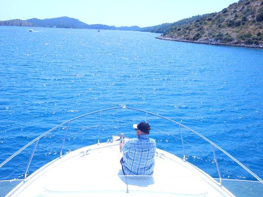 An Bord, unterwegs die Fahrt geniessen