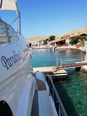 Anlegesteg im kleinen Hafen Lopatica Kornati