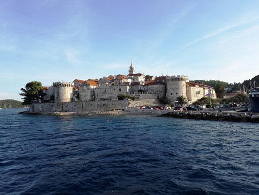 Ort und Insel Korčula an Land besichtigen