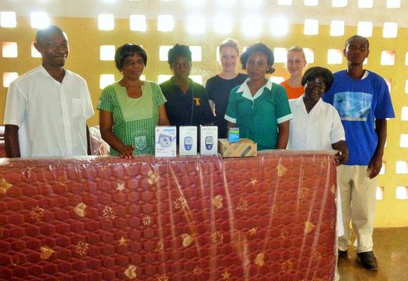 Abi, Susi und Jessi mit den Mitarbeitern der Dorfklinik