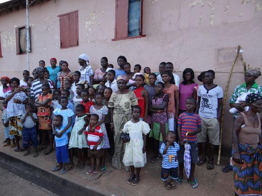 Ein Teil der Menschen, die wir in Mamfe versichern konnten. Insgesamt waren es hier 60 Personen...