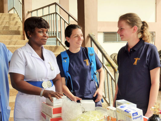 Jasmin und Susi im Gespräch mit einer Krankenschwester aus Mampong/ Ghana