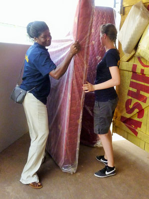 Abi und Susi helfen beim Verladen der Matratzen.