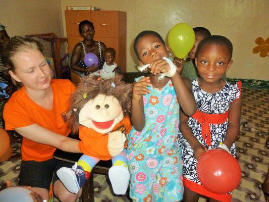 Susi und Nele mit Patienten der Kinderstation