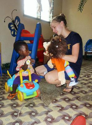 Jessi und Nele unterhalten sich mit einem kleinen Patienten.