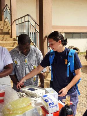 Jasmin erklärt die Besonderheiten des mitgebrachten EKG-Gerätes