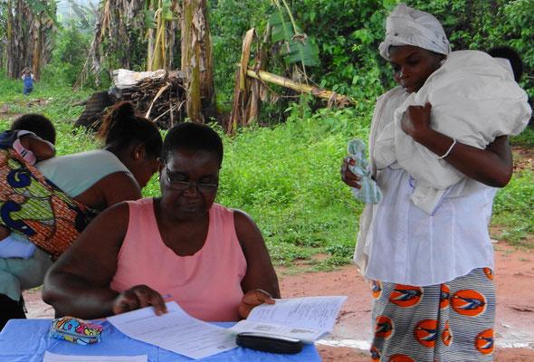 Madame Akos nimmt alle nötigen Daten für die Registrierung auf.