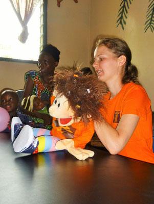 Susi introduces Nele to the kids.