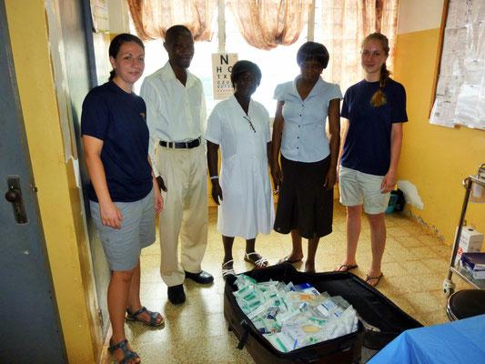 Jasmin, Stephen, Auntie B., Vivian und Jessi vor den Spenden aus Deutschland