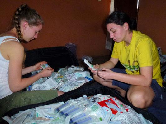 Jessi und Jasmin sortieren die mitgebrachten Spenden.