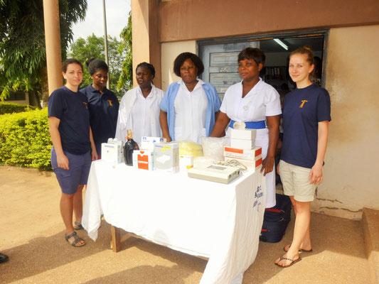 Jasmin, Abi und Jessi mit Krankenschwestern bei der Spendenübergabe im Tetteh Quarshie Memorial Hospital