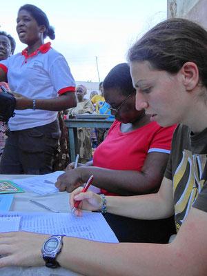 Jasmin Rüther registriert Menschen für die Krankenversicherung in Ghana