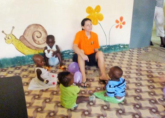 Jasmin spielt mit den Kindern.