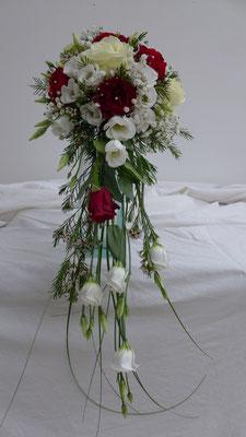 Bouquet en chutte, bordeaux et ivoire, le clos des roses 65 euros
