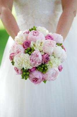 Bouquet de mariée rond, roses pivoines, le clos des roses 80 euros