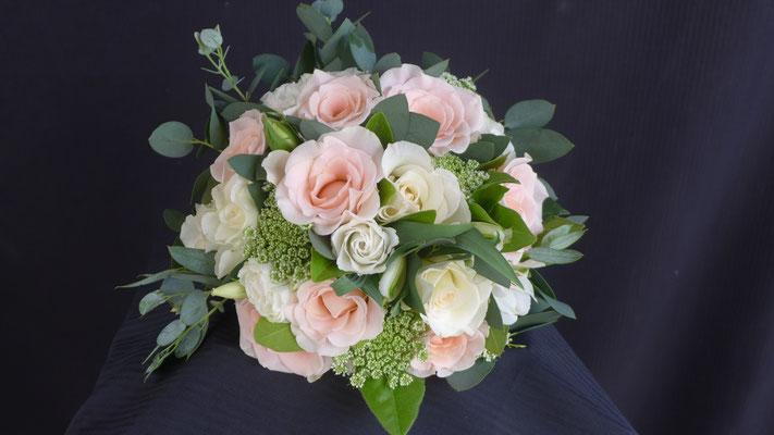 Bouquet de mariée rond, roses lisianthus amis majus, le clos des roses 50 euros