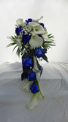 Bouquet de mariée en chutte, bleu et blanc, le clos des roses 80 euros